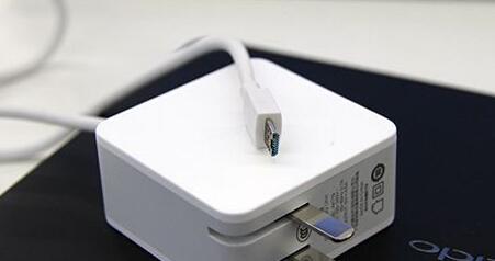 OPPO Find 7的电源适配器及其7针接头